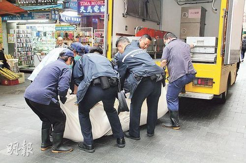 香港300磅胖汉猝死需8人合力抬尸(图)