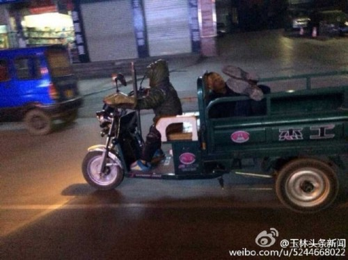 广西7岁男孩夜开三轮来回20公里拉醉酒父回家