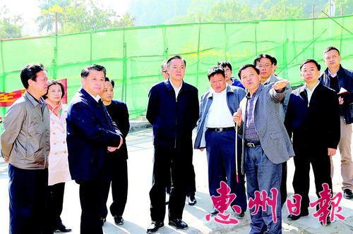 陈奕威等调研金榜路红花湖路改造工程建设情况。 本报记者黄俊琦 摄