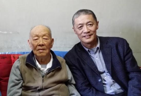 周有光老人与本文作者李昕合影。
