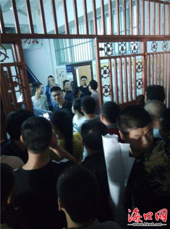 三亚:因车辆剐蹭男子遭民警殴打 特警出动