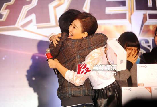 对于歌迷现场求拥抱,Alin大方应承,但对于男歌迷的熊抱,她笑的有些尴尬。