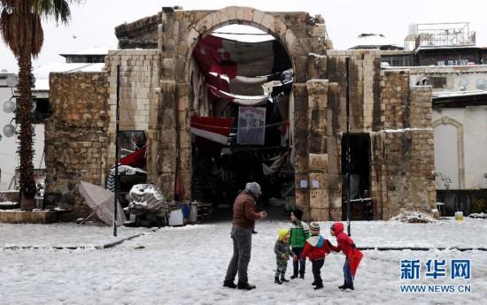 叙利亚大马士革雪中的孩子