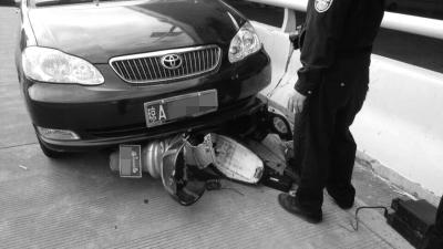 夫妇骑电动车上班遇车祸 妻重伤苦等救命钱