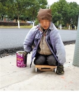 """网友跟拍一""""残疾""""乞丐变身全过程(图)"""