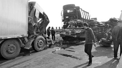 """大广高速扶沟段""""大肚""""车遭追尾8辆货车 3人轻伤"""