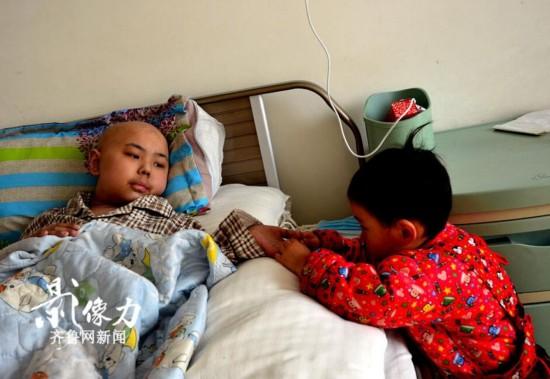 """【图片故事】白血病房里的两岁""""陪床娃娃"""""""