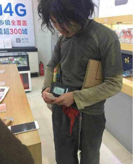 温州乞丐甩万元现金买2台iPhone 6 Plus