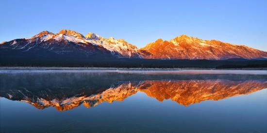 阳光下的玉龙雪山