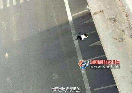 北京国贸桥一女子从桥上跳下身亡(图)