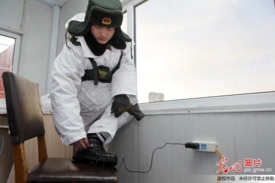 黑河哨兵首次穿上充电保暖鞋站岗执勤