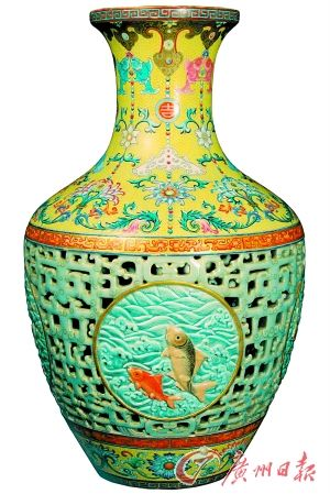 """清乾隆 珐琅彩""""吉庆有余""""纹镂空内青花转心套瓶(2010年成交价为5.5亿元)"""