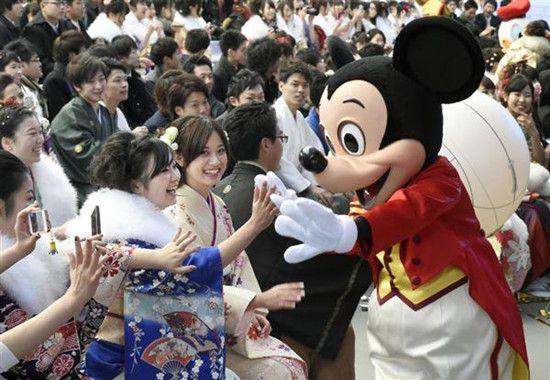东京迪士尼举行成人仪式米奇等送上祝福(图)