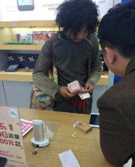 温州乞丐甩万元现金买2台iPhone6 Plus