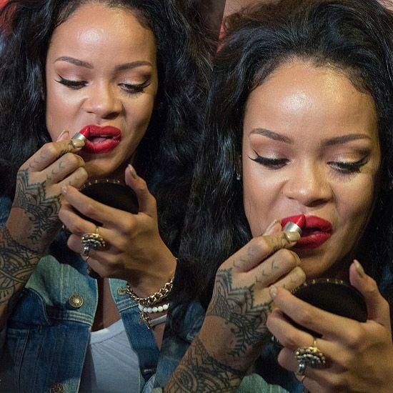 """期间蕾哈娜掏出化妆镜和唇膏补妆,无奈撇嘴表情太过""""彪悍"""",补妆需要这图片"""