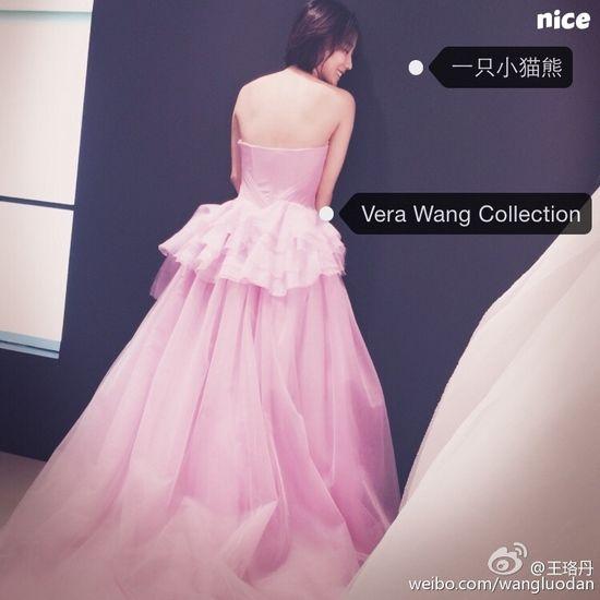 王珞丹穿粉色婚紗半露美背面帶笑容(圖)