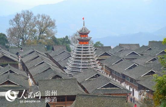 岑报侗族鼓楼远眺图,与侗族木栏式建筑水乳交融。
