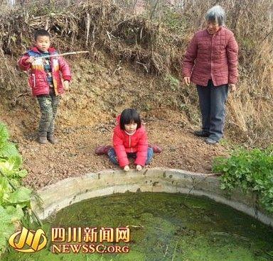 四川6岁女孩为救落水男同桌 跪岸边拽手40分钟