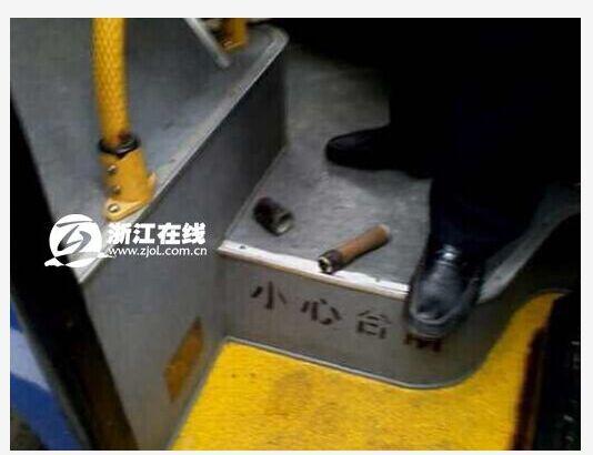 老人嫌公交停车离站台太远朝司机丢手榴弹(图)