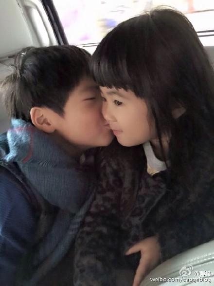 曹格晒Joe亲吻Grace脸颊照画面温馨萌翻网友(图)