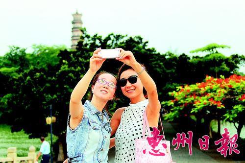"""一项项""""城市桂冠"""",就是一张张展示惠州城市魅力的名片。初来惠州的人,往往会被""""半城山色半城湖""""的地方风情深深吸引,决定留下干事创业的人无不为西子的妩媚所倾倒。美丽惠州,若你来,一定爱!本报记者李松权 摄"""