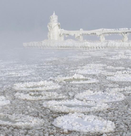"""诺维茨基将冰冻码头和""""冰饼""""照片上传到Facebook上,许多用户对此感到震惊。(网页截图)"""