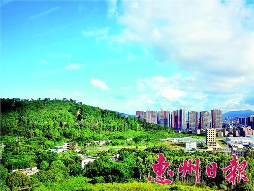 """我市""""好空气""""声名远播。2014年,惠州每月的空气质量都保持在全国前十。在2014年11月省环境监测中心公布的《广东省城市环境空气质量状况(2014年第三季度)》中,惠州排珠三角第二,其中,9月份空气质量数据排名显示,惠州名列珠三角第一。本报记者黄俊琦 摄"""