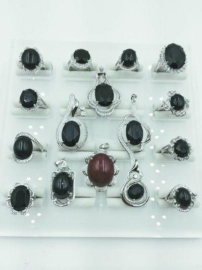 加工成珠宝首饰的陨石。