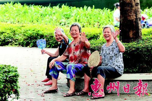 """2014年12月18日,我市获颁""""2014中国最具幸福感城市""""、""""2014中国十佳宜居城市""""牌匾,这已是惠州连续5年获评""""中国最具幸福感城市""""称号,连续3年入选""""中国十佳宜居城市""""。同日发布的第十三届中国城市竞争力排行榜中,惠州以第六名的成绩入选2014中国最安全城市。当年,我市还荣登人民网""""全国民生典范城市""""榜单。本报记者李松权 摄"""