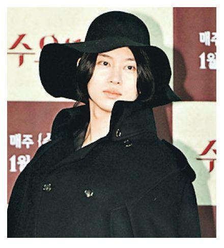 """SJ成员金希澈戴黑帽穿斗篷造型似""""贵妇""""(图)"""