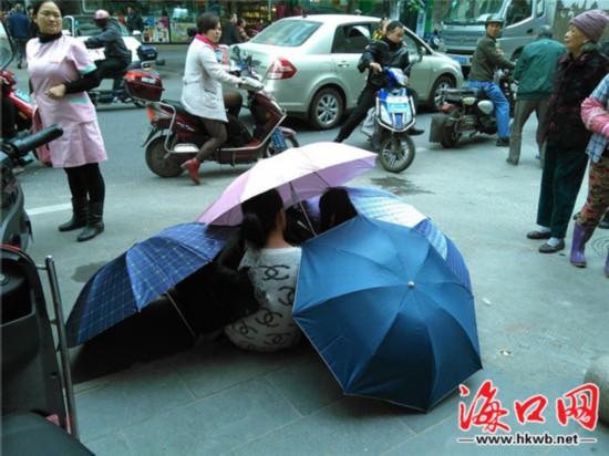 一产妇路边分娩 海口市民自发打伞为其遮挡