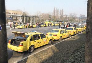 1月9日上午,一些出租车在南京太平北路接近市政府的路段停运滞留。
