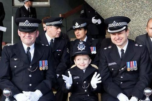 英国男童身患绝症警方总动员圆其警察梦(图)