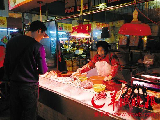 佛山一市场,很多档主皆卖新鲜屠宰的鸡肉