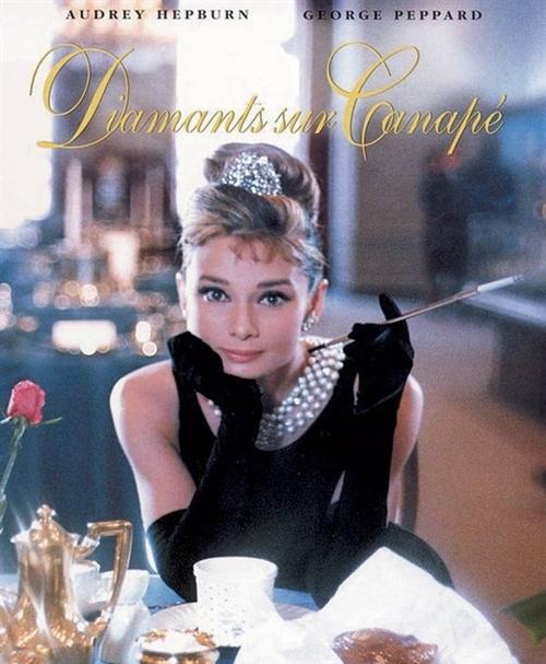 """�影《蒂凡尼的早餐》》(Breakfast at Tiffany's) 海�蟆�W黛��・赫本 (Audrey Hepburn)在�影《蒂芙尼的早餐中,身穿小黑裙, 佩戴""""Tiffany Ribbon Rosette""""蒂芙尼��S���ы��的��雅形象,深入人心。"""