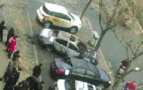 郑州街头6辆轿车半夜被烧原因仍在调查中(图)