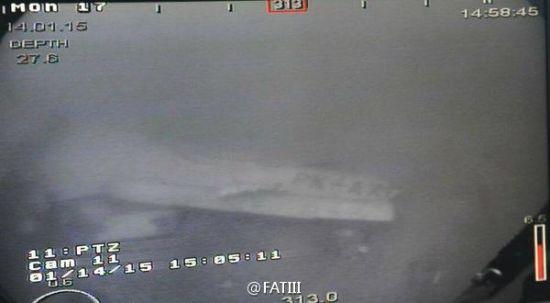 水下航行器拍摄的照片显示出失事客机的机翼和写有字样的部分机身
