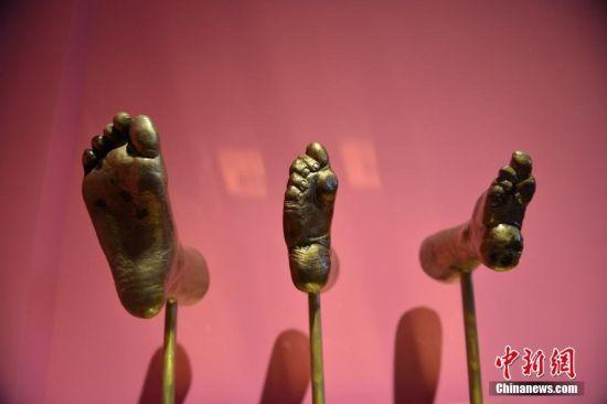 """图为""""三寸金莲博物馆""""所展示的""""小脚""""。"""