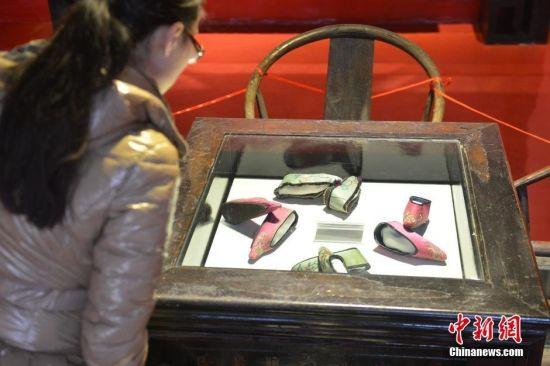 """1月15日,四川建川博物馆聚落内曾遭遇火灾的""""三寸金莲博物馆""""经过重建后正式对外开放。该馆通过集中展出5000余双""""三寸金莲""""及有关文物,展示""""三寸金莲""""产生的历史和演变,再现中国妇女千年缠足史。据了解,中国女性缠足始于五代十国,至今已有近千年的历史。张浪 摄"""