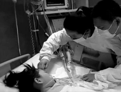 医院ICU内,夫妻二人和女儿做最后的告别。视频截图