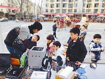 ①体验活动现场,孩子们对3D打印机很感兴趣。