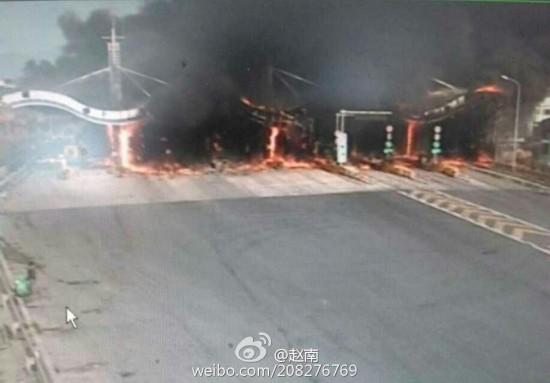 浙江常山:货车起火引燃高速收费站