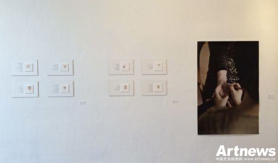 赵端行为艺术作品,《手把手》材料费400欧,近130小时完成作品,每小时20欧艺术家定价3000欧,加上画廊费用,最终定价6000欧。