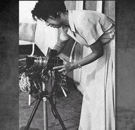 江青从莫斯科休养回国后,由于没有重要工作和岗位,因此对摄影产生了兴趣,为此,还专门向当时身为新华社副社长、摄影部主任的石少华学习摄影技术。江青那时的摄影技术远远没有达到准确掌握百分之一秒瞬间的水平,对选景也欠整体审美构思,拍摄时需要主席身边的摄影记者帮助她选景、对焦距,然后由她按动快门。