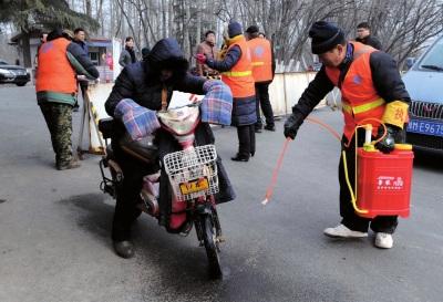 17日,工作人员对景区和出入三门峡黄河湿地景区车辆人员进行消毒。新华社发