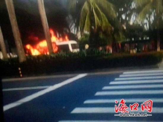 海口红城湖附近中巴车起火浓烟滚滚 无伤亡