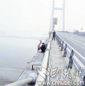 女子迷信自己克子欲跳桥解咒 警察苦劝将其拉回
