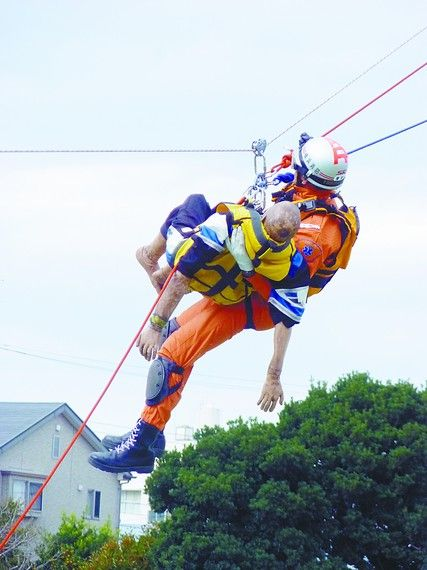 特别高度救助部队演练从高楼救人。