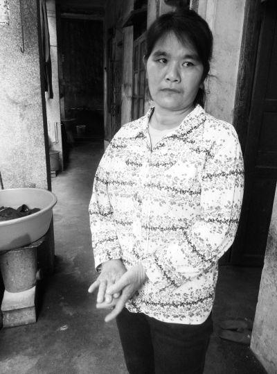 女环卫工17年白天卖水果晚上扫大街养两孩子