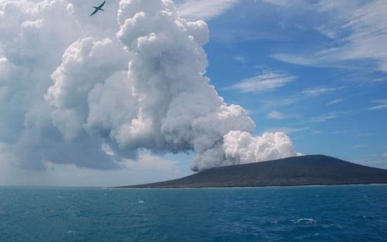 """南太平洋岛国火山喷发""""喷出""""一座全新小岛(图)"""